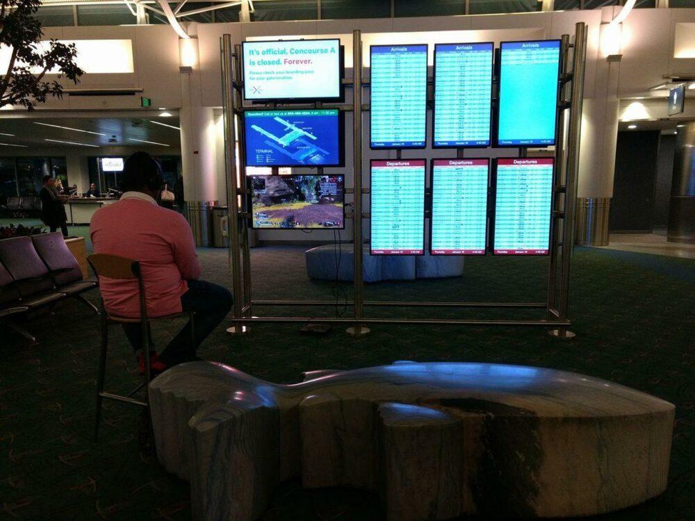 Когда ты очень хочешь поиграть - взлом экранов аэропорта ради игры в PS